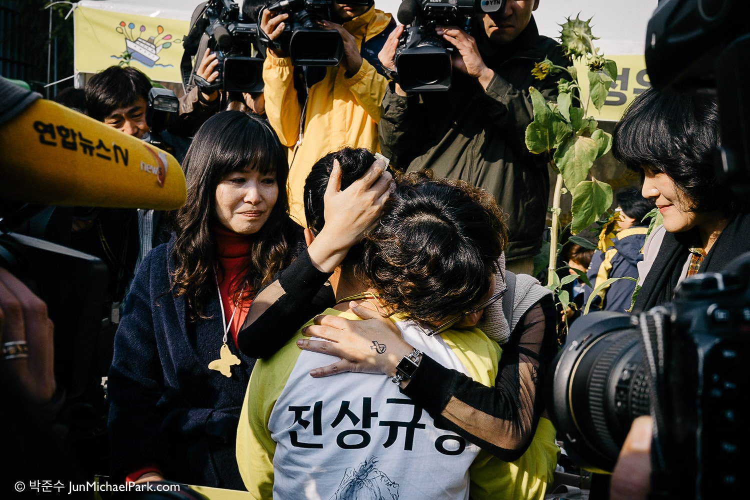 A volunteer hugs a bereaved mother, as the Sewol families pull the protest tents from Cheongwun-dong near the Presidential Palace after 76 days. There was no gesture from the President's Office.